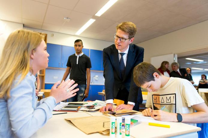 Staatssecretaris Sander Dekker (Onderwijs) opent op het Cals College in IJsselstein het nieuwe schooljaar