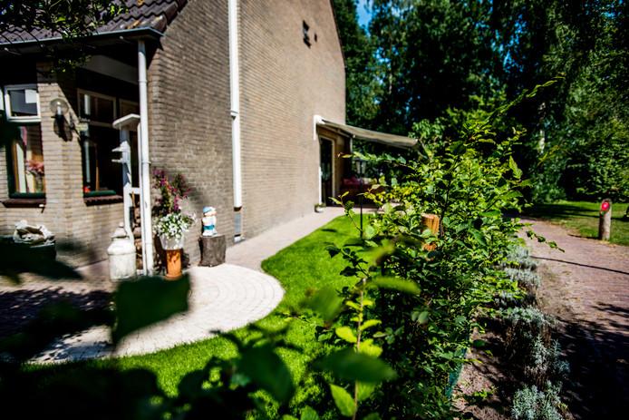 Een verwaarloosde strook gemeentegrond in Loon op Zand kon na aankoop bij de tuin worden getrokken.
