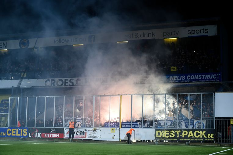 De 'kooi' van de Genk-fans op Stayen waarin op het einde van de match tumult ontstond.