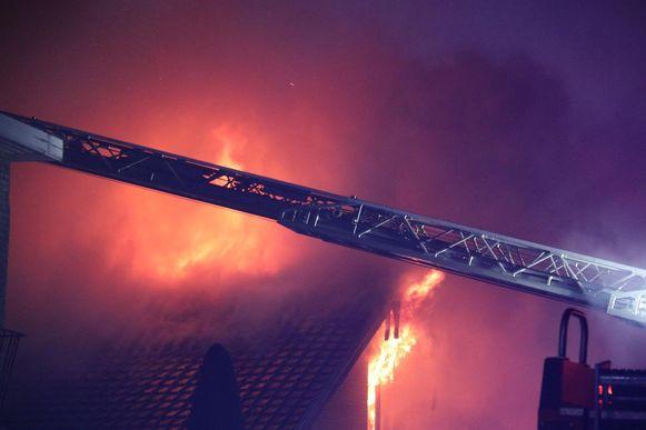 De vlammen sloegen door het dak van de woning.
