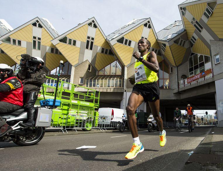Abdi Nageeye passeert de kubuswoningen tijdens de Marathon van Rotterdam. Beeld anp