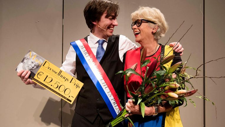 De Jong zaterdagmiddag met zijn prijs, die hij uitgereikt kreeg door de dochter van Mary Dresselhuys. Beeld anp