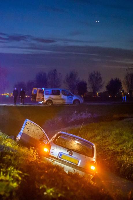 Vrouw rijdt sloot in bij Waverveen, massale hulp blijkt niet nodig