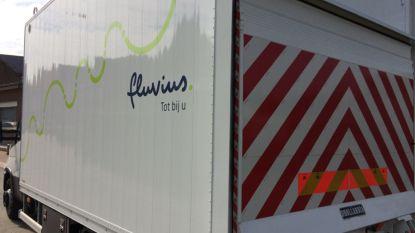 Vrachtwagen met kraan trekt elektriciteitskabel neer