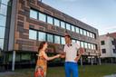 Vera Hofman en Reinier Bosch bij installatiebedrijf Kuijpers in Helmond. De zonnecellen-gevel is door Bosch ontworpen.