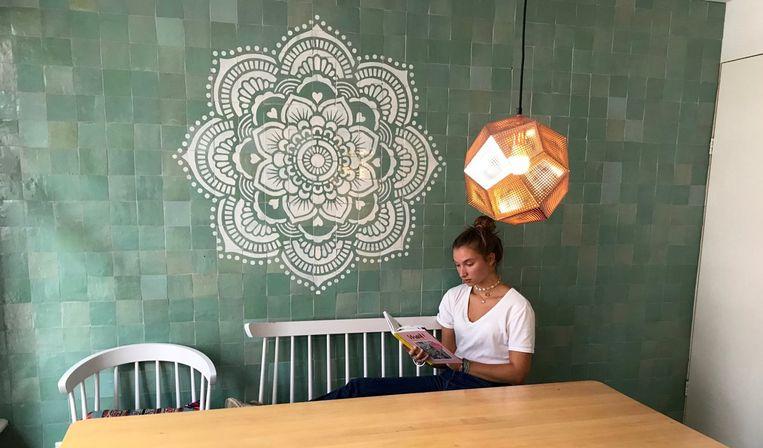 Een rustgevend interieur is een van de trends van 2019. Dit sjabloon is eenvoudig aan te brengen met een contrasterende verf op hout, steen, papier, glas of gelijk welke andere ondergrond.