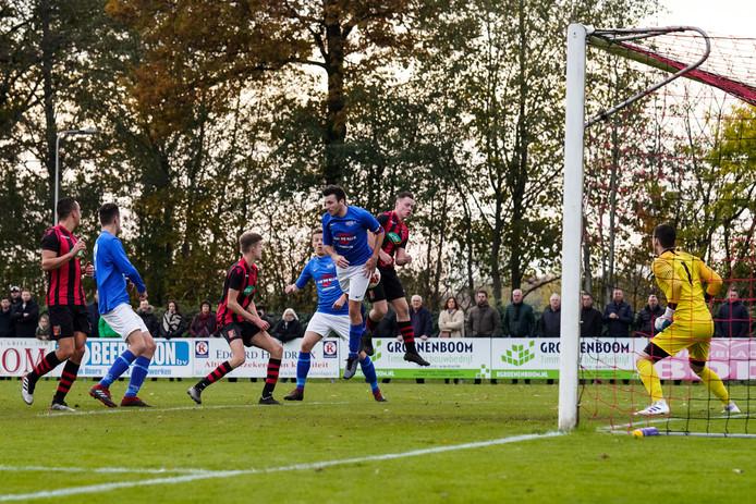 Hoeven-aanvoerder Jurgen Pertijs krijgt de bal achter zich bij een gevaarlijke vrije trap van Zundert. Niet veel later kan de captain wegwerken.
