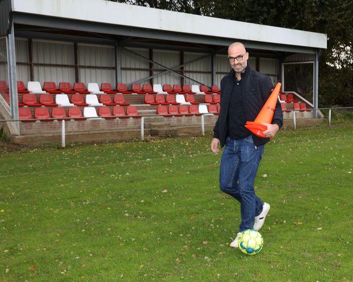 Trainer Christoph Praet op het veld van Hulsterloo.