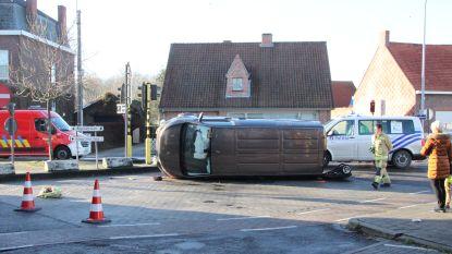 Moeder en twee jonge kindjes lichtgewond nadat bestelwagen kantelt op kruispunt