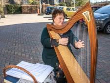 Hildegard zegt het met harpmuziek bij het zorgcentrum van haar moeder in Zwolle