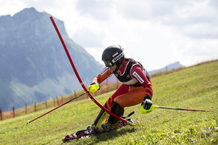 De Japanse Yukiyo Shintani daalt af tijdens het WK grasskiën in het Zwitserse Marbach. In plaats van traditionele ski's voor in de sneeuw staat een grasskiër op korte latten met rupsbanden. Beeld EPA