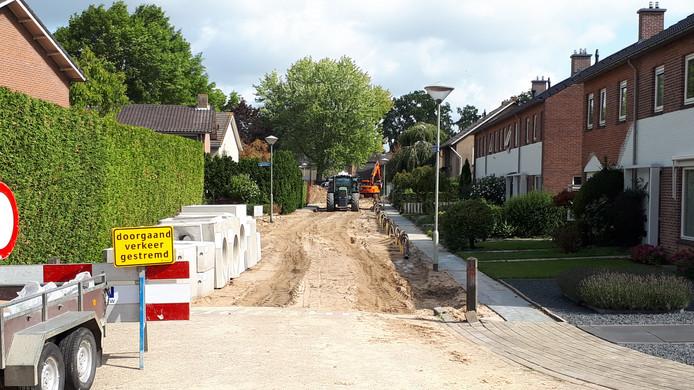 Ravenstein lijkt wel een bouwput op dit moment; naast de sloop van de kazerne worden er op diverse plaatsen in Ravenstein momenteel nieuwe waterleidingen gelegd en wegen gereconstrueerd.