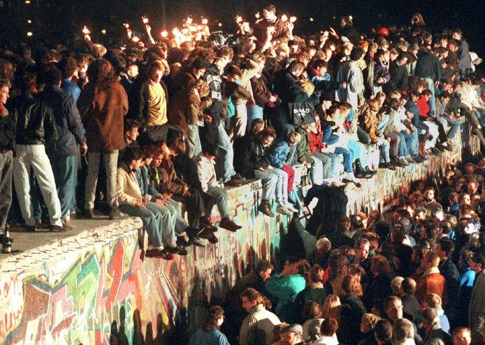 Een grote groep mensen viert op 11 november 1989 de val van de Berlijnse Muur, enkele dagen eerder.