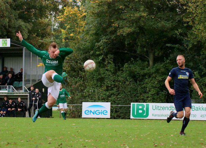 Wesley Dieleman maakt de 1-0 namens Zaamslag tegen Luctor Heinkenszand.