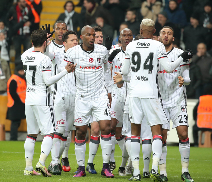 Ryan Babel (midden) wordt gefeliciteerd na één van zijn twee doelpunten voor Besiktas, door onder anderen ex-PSV'ers Atiba Hutchinson en Marcelo.