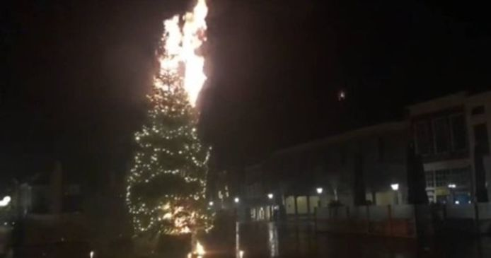 In Zierikzee staken jongeren tijdens de jaarwisseling de kerstboom op het Havenplein in brand met een vuurwerkbom. Het vuur ging al snel weer uit en verooroorzaakte verder geen schade.