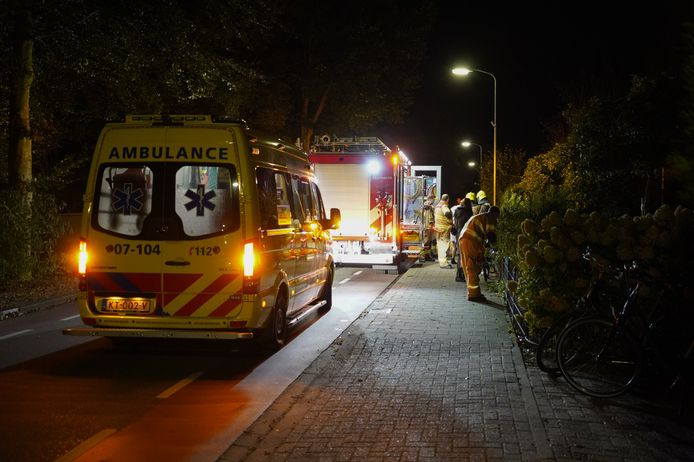 De brandweer slaagde erin de man uit het tuinhek te halen.