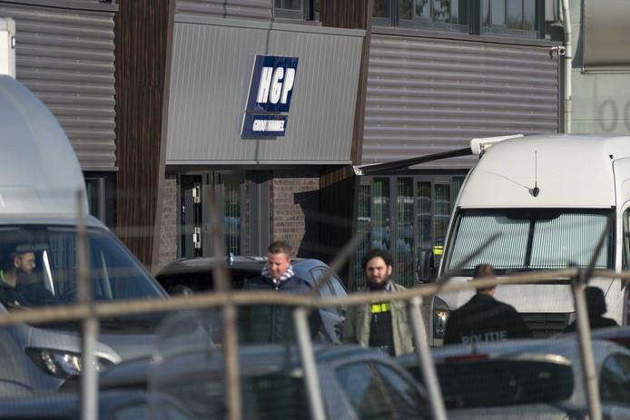 De politie viel dinsdagochtend om 08.00 uur binnen bij de twee bedrijven. De zoekingen werden pas een dag later afgerond.