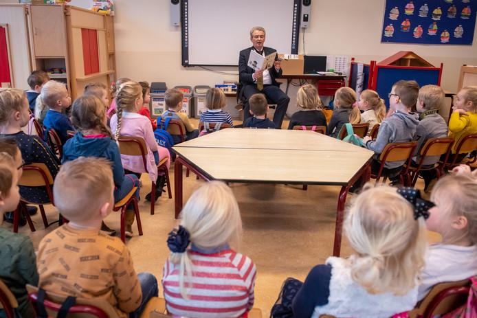 SGP-Kamerlid Roelof Bisschop leest voor op zijn oude school in Punthorst.