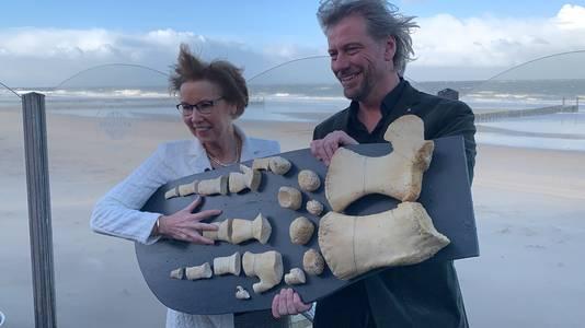 Provinciebestuurder Carla Schönknecht en Terra Maris-directeur Sven van Rijswijk met de 'hand' van de potvis.