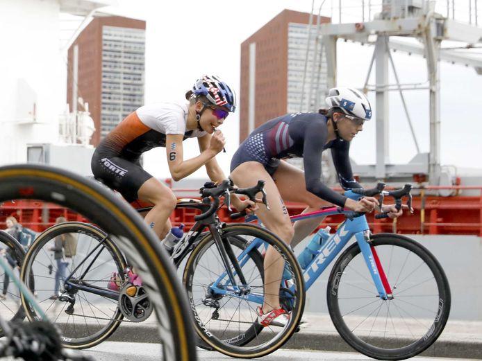 Triatlete Rachel Klamer (links) in actie tijdens de WK Triathlon van 2017 in Rotterdam. Volgende maand is ze er weer bij in de Maasstad bij de Super League Triathlon in Zwemcentrum Rotterdam.