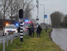 Auto te water in Gouda, bestuurder met de schrik vrij