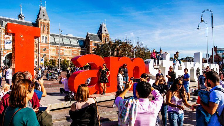 Toeristen bij de letters I amsterdam op het Museumplein Beeld ANP