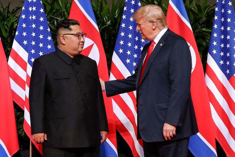 Trump begroet Kim Jong-un.