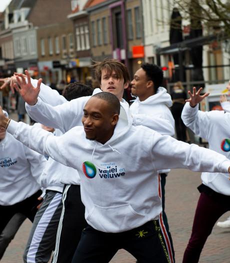 Waterschap dansend door winkelstraten van Veenendaal en Wageningen voor aandacht