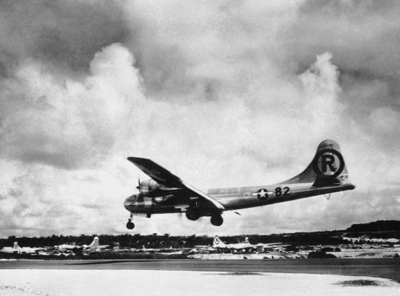De Boeing B-29 landt in 1945 in Tinian na het droppen van de atoombom op Hiroshima