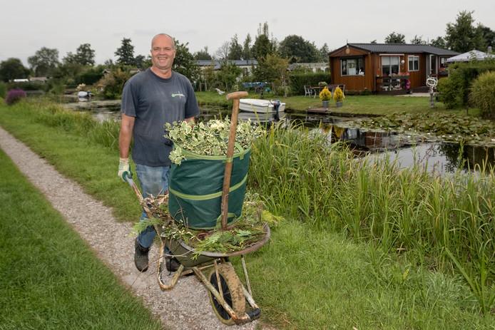 Tuinklussen moeten gedaan worden. Henk Riedijk heeft er zijn handen vol aan.