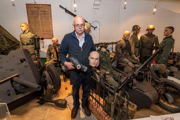 Jan de Jonge van Het Oorlogsmuseum Ossendrecht is zwaar aangedaan. Zijn museum is leeggeroofd. Op de foto staat hij met ledematen en hoofd van de pop rechts achter hem, waarvan het hoofddeksel is meegenomen, als ook van de andere poppen daar omheen.