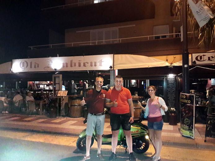Michon Habing (17) uit Dordrecht heeft Spanje gehaald op zijn scooter. Bij restaurant Old Ambient in L'Estartit genoot hij maandagavond van een hamburger.