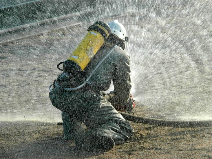 Auto onder carport vat vlam, vuur slaat over op huis in Soerendonk