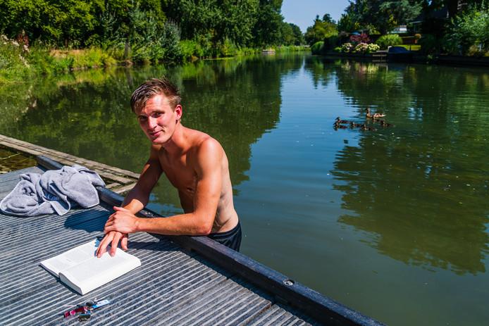 Biologiestudent Wouter Hoogland hard aan de studie ín de Kromme Rijn.