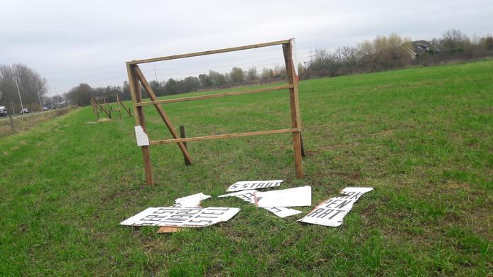 Drie protestborden net buiten Wehl zijn vernield.