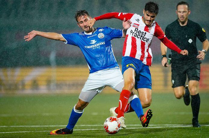 Paco van Moorsel van FC Den Bosch in duel met TOP Oss-speler Cihat Celik.