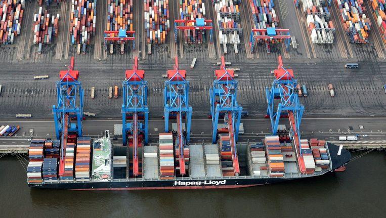 Een vrachtschip in de haven van de Duitse stad Hamburg. Beeld null