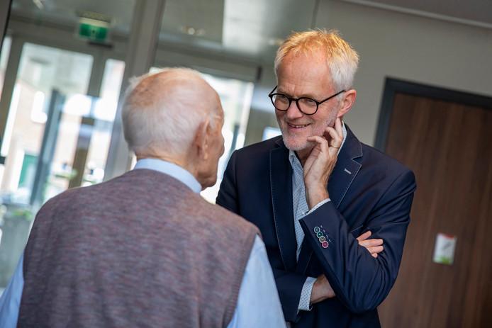 Zorgwethouder Piet Vreugdenhil (CDA) in gesprek.