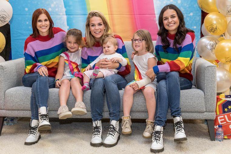 Zusjes Clarice, Juliette en Gisèlle samen op de foto met de meisjes van K3.