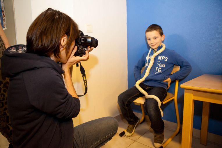Cas Degryse (8) poseert met de korenslang voor de lens van fotografe Inge De Meyer.