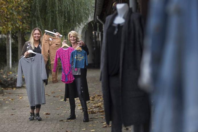 Michelle Huntink (links) verkoopt damesmode, Karin Dekker heeft een winkel in baby- en kinderkleding.