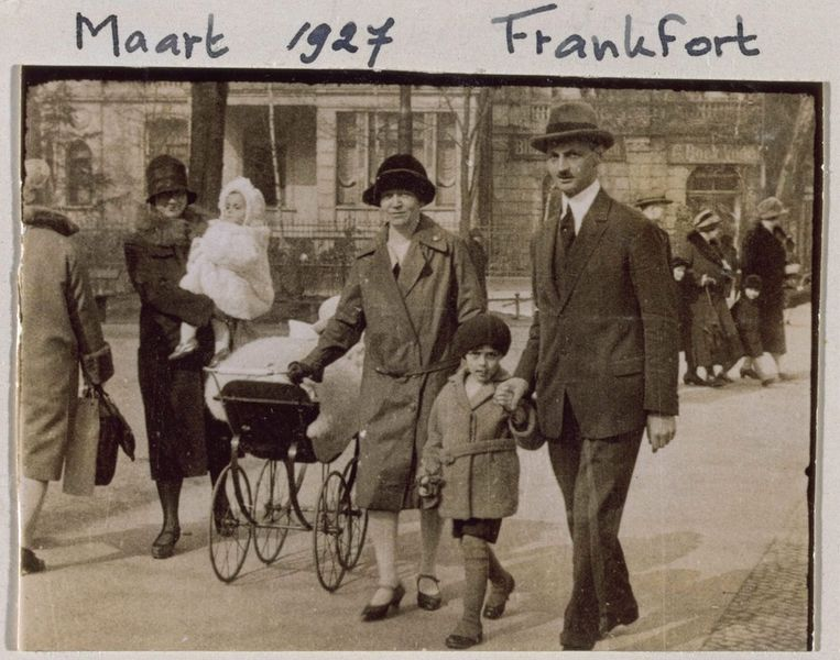 Foto van Edith en Otto Frank met hun kinderen Margot en Anne in 1927 in Frankfurt. Foto vrijgegeven door het Anne Frank Fonds in Frankfurt. © EPA Beeld