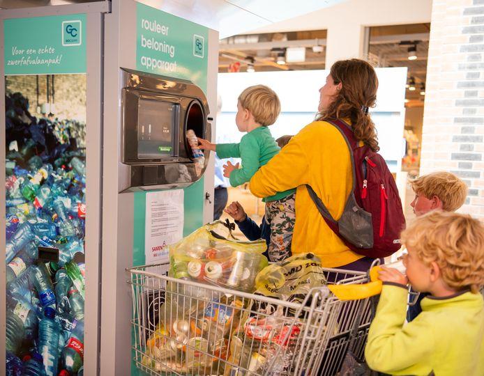 De inzamelactie van blikjes en flesjes in Rijen is een groot succes. Kinderen en ouderen krijgen 5 cent per blikje of flesje vergoed in de automaat die in juli in winkelcentrum De Laverije staat. Doel is zwerfafval terug te dringen.