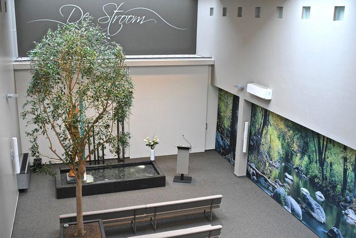 Een echte boom, een waterpartij en een groot natuurtafereel zijn de blikvangers van de vernieuwde aula.