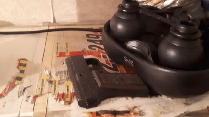 In de woning werd een nep pistool gevonden.