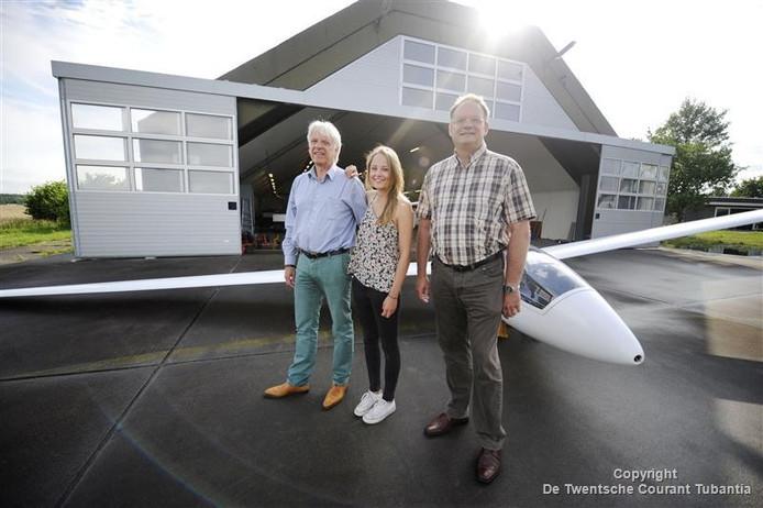 Clubsecretaris en vlieginstructeur René Kalsbeek, zijn dochter Marlous en clubvoorzitter Marcel Davids (vanaf links) voor een van de shelters.