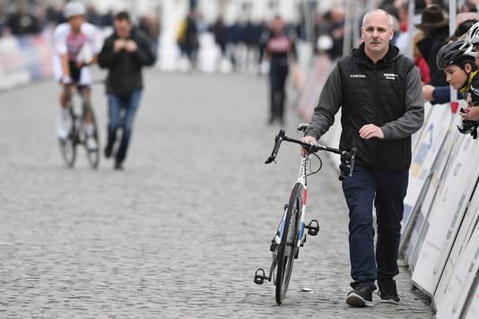 De fiets van Van der Poel wordt naar de finish gebracht. De Nederlander zit dan al in de ambulance.