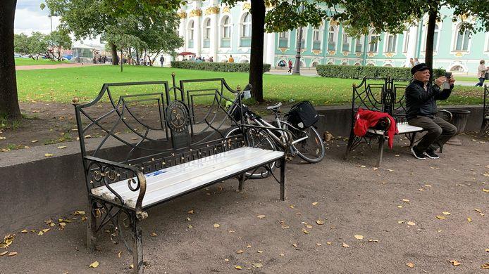 Het bankje in het park bij de Hermitage in Sint-Petersburg, geschonken door Rotaryclub Best-Oirschot.