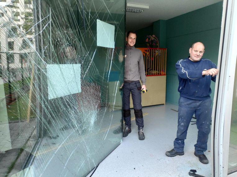 Twee werkmannen van de Stad Gent plaatsen dinsdagavond alvast een houten paneel tegen vandalisme.